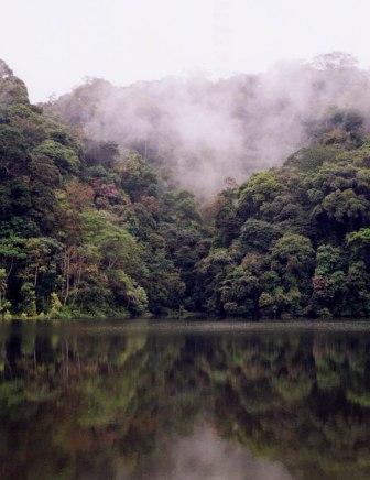 Le lac de Tchimbélé dans les Monts de Cristal